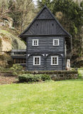 Старый деревянный коттедж на луге на заднем плане покрасил деревья в осени Стоковые Фото