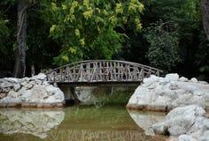 Старый деревянный мост в парке. Стоковые Фотографии RF
