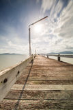 старый деревянный мост на двигать моря и облака Стоковое Изображение