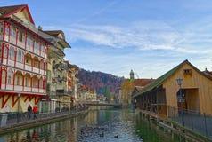 Старый деревянный мост шлюза в городке Thun Стоковые Изображения