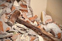Старый деревянный молоток на сломленной кирпичной стене Стоковые Фотографии RF