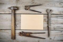 Старый деревянный настольный компьютер Старые ржавые инструменты плотничества горизонтальный модель-макет Стоковые Изображения