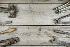 Старый деревянный настольный компьютер Старые ржавые инструменты плотничества горизонтальный модель-макет Стоковые Фотографии RF