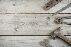 Старый деревянный настольный компьютер Старые ржавые инструменты плотничества горизонтальный модель-макет Стоковая Фотография
