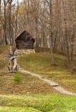 Старый деревянный дом вверх на холме Стоковые Фотографии RF