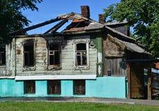 Старый деревянный дом в деревне после огня Стоковое Фото