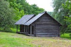 Старый деревянный дом в деревне стоковая фотография