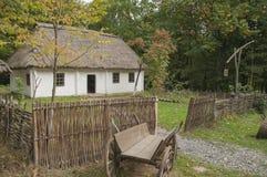 Старый деревянный дом в древесинах Около дома, старая лошад-нарисованная предпосылка Стоковые Изображения RF