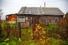 Старый деревянный дом в русской деревне Стоковые Изображения