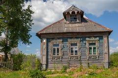 Старый деревянный дом в русской деревне Стоковое фото RF