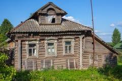 Старый деревянный дом в русской деревне Стоковая Фотография RF