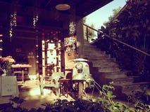 Старый деревянный дом с светлый светить от солнца Стоковое Фото