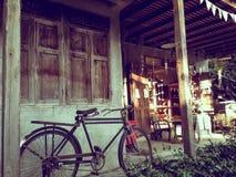 Старый деревянный дом с светлый светить от солнца Стоковые Фотографии RF