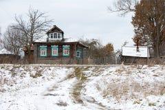 Старый деревянный дом willage под снегом стоковые фото