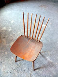 Старый деревянный поврежденный стул стоковое изображение