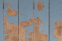 Старый деревянный покрашенный свет - голубая деревенская предпосылка, шелушение краски Стоковое Изображение RF