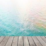 Старый деревянный пол этапа на абстрактных красочных волнах воды акварели Стоковое фото RF