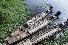 Старый деревянный стоп шлюпки длинного хвоста на речном береге озера Thale Noi Стоковые Изображения RF