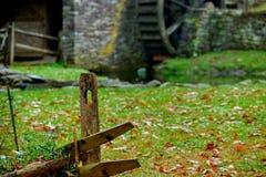 Старый деревянный столб загородки и колесо затвора старой мельницы шрота Стоковое Изображение RF