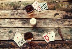 Старый деревянный стол для того чтобы сыграть карточки сверху Стоковая Фотография