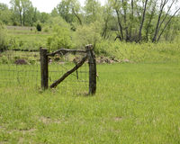 Старый деревянный строб в поле Стоковое Изображение