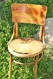 Старый деревянный стул на траве Стоковое Изображение