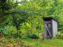 Старый деревянный туалет в деревне Стоковое Фото
