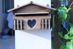 Старый деревянный ящик входящей почты Стоковая Фотография