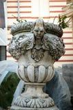 Старый держатель цветочного горшка сделанный от камня зверюги - очень старого sculp Стоковые Изображения