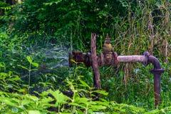 Старый железный металлический протекать трубы водопровода стоковое изображение rf