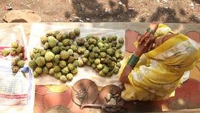Старый женский продавец яблока заварного крема сток-видео