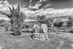 Старый жернов в сельской местности стоковые изображения