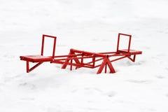 Старый железный трясти carousel пустой в зиме Стоковое Изображение