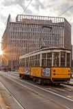 Старый желтый трамвай в свете утра улица милана Стоковая Фотография