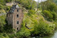 Старый загубленный дом на банках реки Аверона Belcastel Fra Стоковые Фото