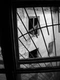 Старый загубленный дом с сломленными окнами Стоковые Изображения