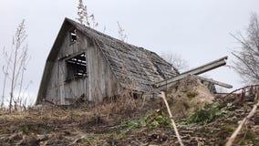 Старый загубленный покинутый деревянный дом в timelapse осени акции видеоматериалы