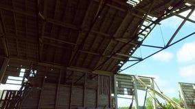 Старый загубленный амбар сломленная крыша съемка steadicam акции видеоматериалы
