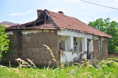 Старый загубленный дом в деревне Стоковая Фотография RF