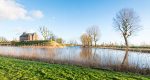 Старый замок в идилличном ландшафте голландца стоковая фотография rf