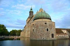 Старый замок в маленьком городе в Швеции Стоковые Фотографии RF