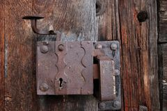 Старый замок в старой двери древесины Стоковая Фотография RF