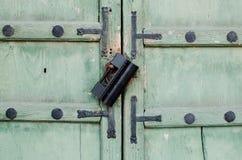 Старый замок на двери Стоковые Фотографии RF