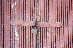 Старый замок на двери зафиксируйте на двери старого сельского дома истинный стиль деревни Конец-вверх фокус на замке Стоковое фото RF
