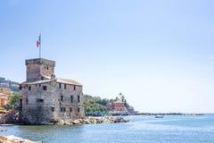 Старый старый замок на море на дневном свете Стоковые Изображения