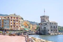 Старый старый замок на море на дневном свете Стоковое Изображение RF