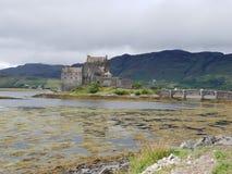 Старый замок с каменным мостом в озере стоковое фото rf