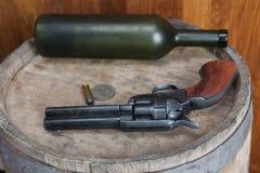 Старый западный револьвер с патронами и серебряным долларом стоковые фотографии rf