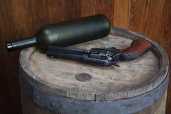 Старый западный револьвер с патронами и серебряным долларом стоковое изображение rf