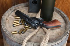 Старый западный револьвер с патронами и серебряным долларом стоковое изображение